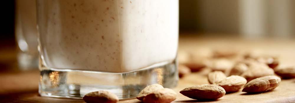 Leche de soja y leche de almendra - Vaso de leche de almendra