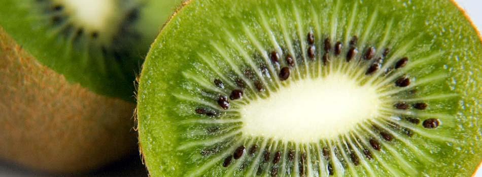 Kiwi. Beneficios y riesgos - Kiwi cortado a la mitad