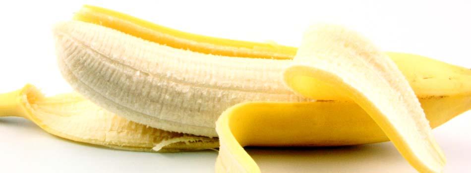 Plátano. Beneficios y riesgos - Plátano a medio abrir