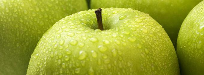 Manzana. Gotas de agua.