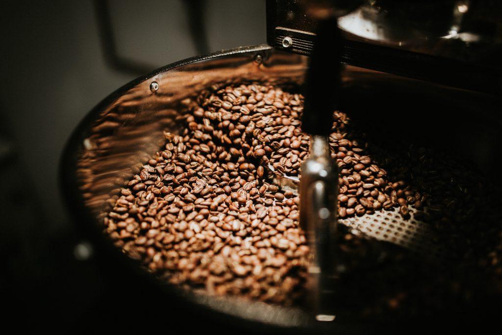 Alimentos sanos y dañinos en exceso. Café en grano