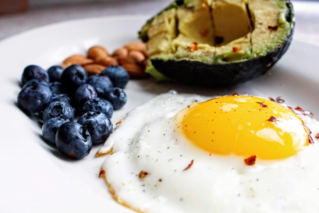 Alimentos sanos y dañinos en exceso. Huevo frito