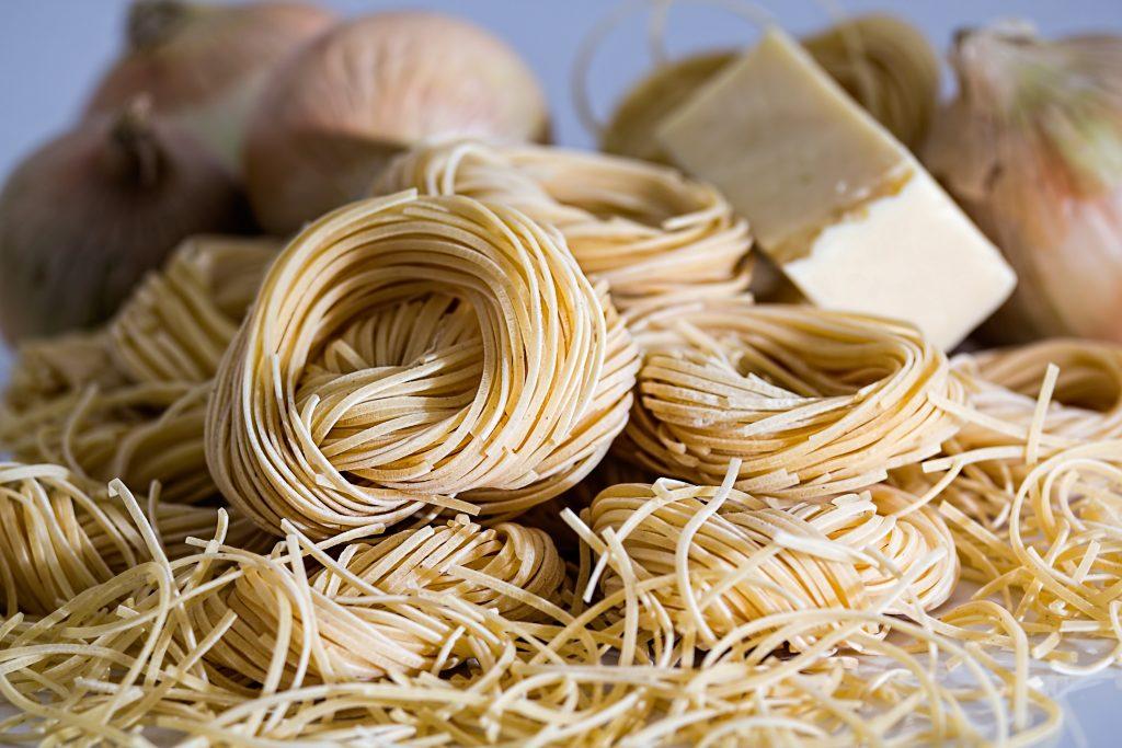 Alimentos sanos y dañinos en exceso. Pasta de trigo
